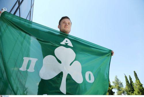 Ο Ματίας Γιόχανσον ποζάρει με την σημαία του Παναθηναϊκού (pic)