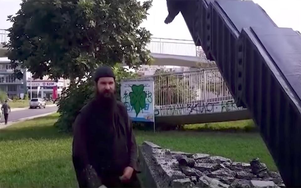 Ασέβεια από τον παπα-κλόουν έξω από την Λεωφόρο (vid)
