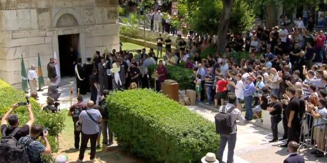 Ράγισαν καρδιές κατά τη μεταφορά της σορού του Παύλου στη Μητρόπολη - Συνθήματα από τον κόσμο (vid)