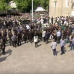Ανατριχίλα: Μεταφέρεται η σορός του Παύλου στο νεκροταφείο - Συνθήματα και ο ύμνος από τον κόσμο (pics)