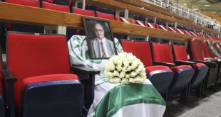 O αθάνατος Θανάσης είναι στο ΟΑΚΑ: Ανθοδέσμη, σημαία και φωτογραφία του (pics)
