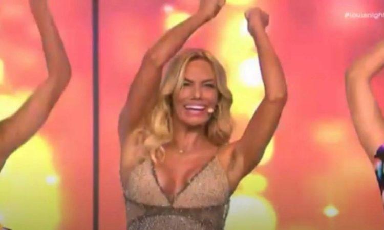 Εκτός Ελλάδος η Μαλέσκου - Ξεσάλωσε με χορό και τραγούδι! (vid)