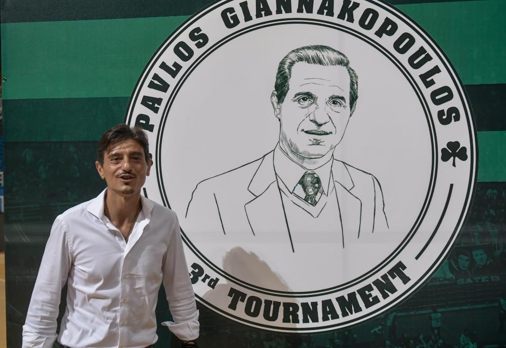 Ανατριχίλα: Τα «κλικ» στον Δημήτρη Γιαννακόπουλο με φόντο το λογότυπο του Παύλου! (pics)